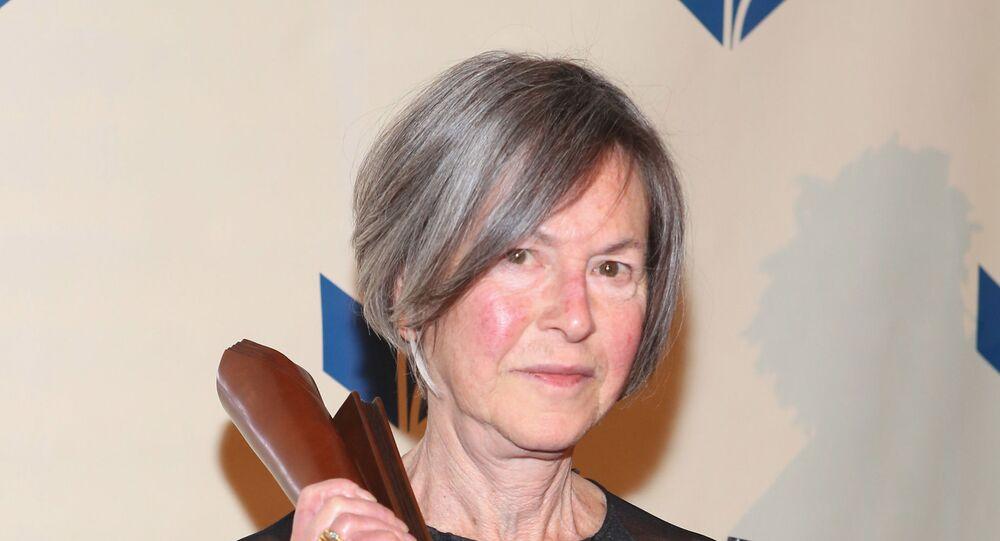 Autora norte-americana Louise Gluck recebendo prêmio por sua obra em Nova York