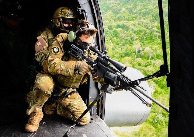 Militares da Marinha, do Exército e da Aeronáutica prosseguem o adestramento para o emprego de helicópteros em embarcações da Força Marítima