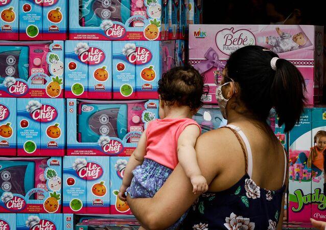Em meio à pandemia, a movimentação para o Dias da Crianças é intensa. Na foto, Rua Antonio Agú na cidade de Osasco, na grande São Paulo