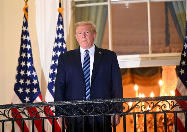 Donald Trump, presidente dos EUA, posa no topo da Varanda Truman da Casa Branca após ser hospitalizado para tratamento da doença do coronavírus (COVID-19), em Washington, EUA, 5 de outubro de 2020