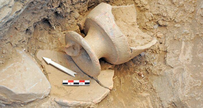 Artefatos antigos encontrados durante escavação no local do antigo palácio minoico de Zominthos em Creta, Grécia