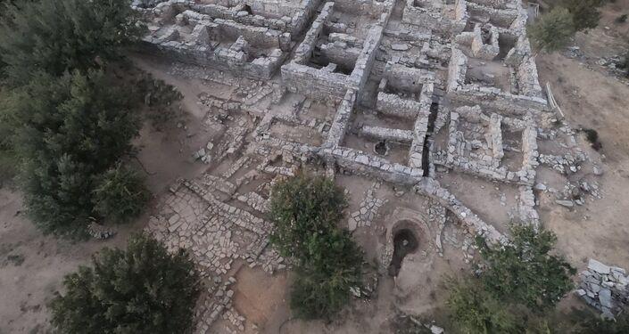 Escavações no local do antigo palácio minoico de Zominthos na ilha de Creta, Grécia