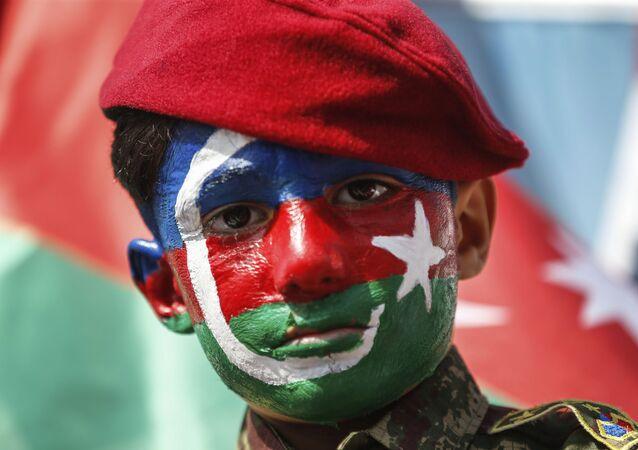 Garoto pinta rosto com a bandeira do Azerbaijão em manifestação em Istambul, na Turquia, 4 de outubro de 2020