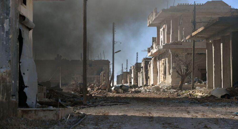 Casas destruídas no povoado de Al-Dayr al-Sharqi libertado de terroristas, na Síria