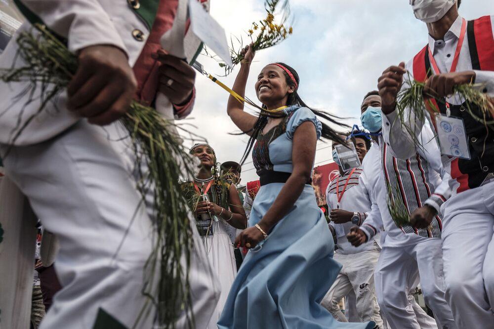 Pessoas dançando em trajes tradicionais durante a celebração de Irreechaa em Adis-Abeba, Etiópia