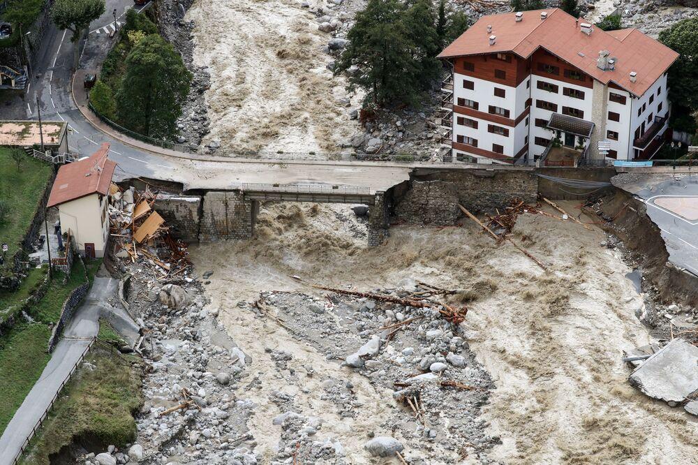 Fotografia aérea mostra águas das enchentes percorrendo por Saint-Martin-Vesubie, França