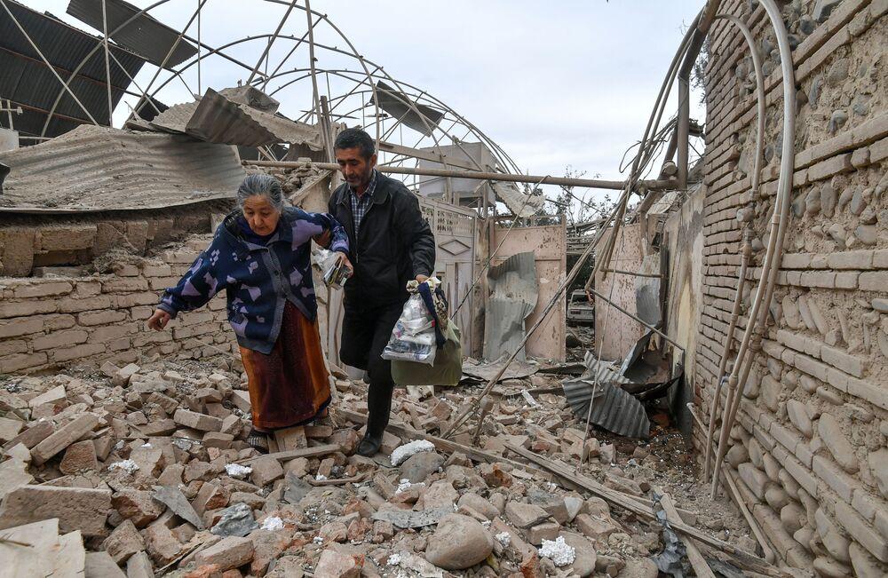 Residentes de uma habitação destruída pelo bombardeio da cidade de Ganja no Azerbaijão