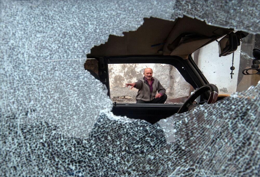 Veículo danificado na sequência de bombardeio em Stepanakert