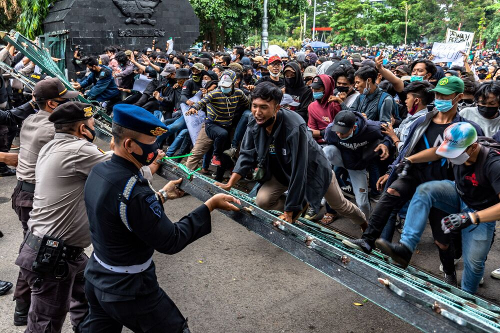 Manifestantes se confrontam com policiais após protesto contra as reformas trabalhistas do governo em Semarang, Indonésia