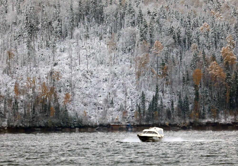 Barco navega pelo rio Yenisei após a primeira queda de neve na região de Krasnoyarsk, Rússia