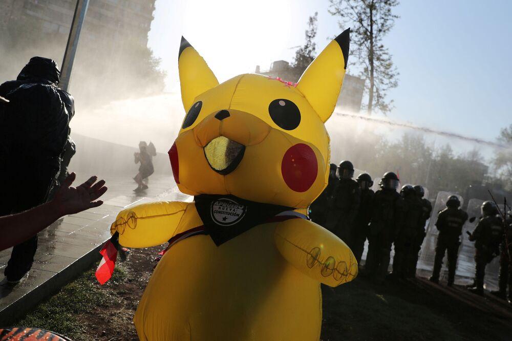 Manifestante fantasiado de Pikachu em um protesto antigovernamental em Santiago, Chile