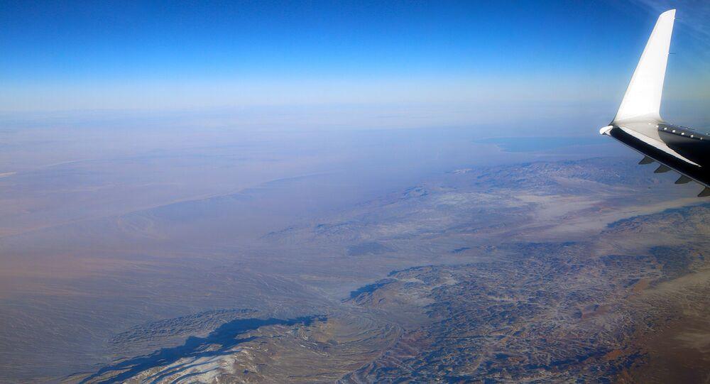 Avião voando na estratosfera (imagem referencial)