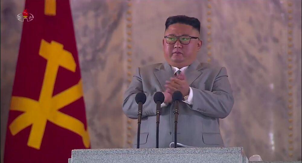 Captura de tela de transmissão da televisão estatal norte-coreana mostra o líder da Coreia do Norte Kim Jong Un se dirigindo aos participantes de um desfile militar na praça Kim Il Sung em Pyongyang
