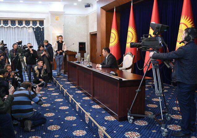 Recém-eleito primeiro-ministro Sadyr Zhaparov (segundo da direita) em uma sessão extraordinária do Parlamento do Quirguistão na residência estatal Ala-Archa em Bishkek, Quirguistão