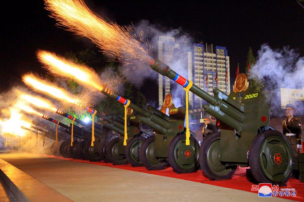 Uma salva de tiros é disparada durante o desfile de comemoração do 75º aniversário da fundação do Partido dos Trabalhadores da Coreia do Norte, em 10 de outubro de 2020