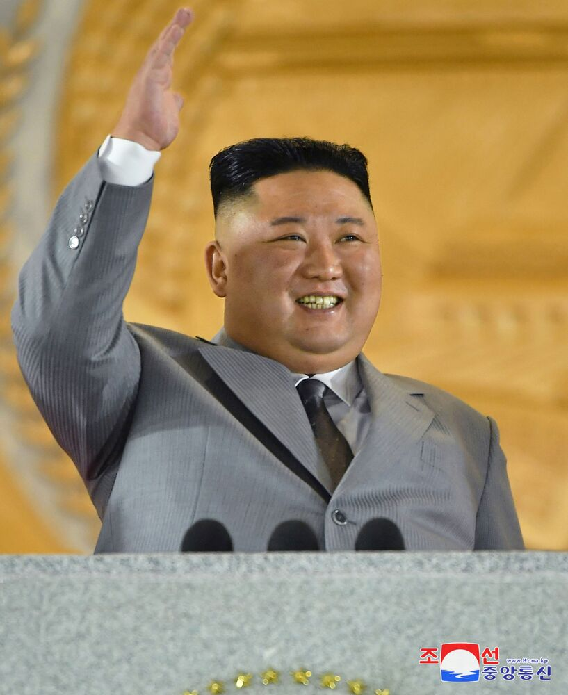 O líder da Coreia do Norte, Kim Jong-un, acena para o público durante o desfile militar de comemoração do 75º aniversário da fundação do Partido dos Trabalhadores da Coreia do Norte, em 10 de outubro de 2020