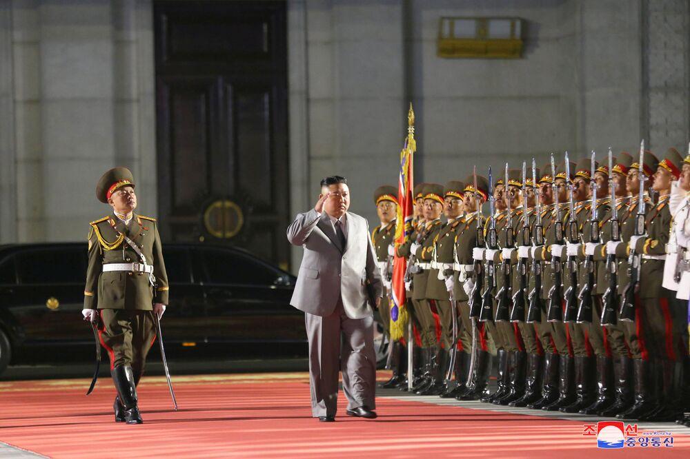 O líder da Coreia do Norte, Kim Jong-un, inspeciona tropas durante o desfile militar de comemoração do 75º aniversário da fundação do Partido dos Trabalhadores da Coreia do Norte, em 10 de outubro de 2020