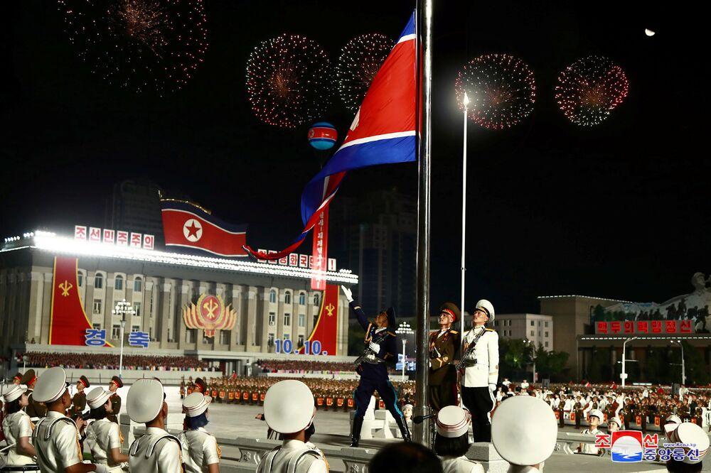 A bandeira da Coreia do Norte flamula durante o desfile militar de comemoração do 75º aniversário da fundação do Partido dos Trabalhadores da Coreia do Norte, em 10 de outubro de 2020