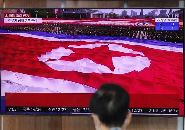 A bandeira da Coreia do Norte é vista durante transmissão televisiva do desfile militar de comemoração do 75º aniversário da fundação do Partido dos Trabalhadores da Coreia do Norte, em 10 de outubro de 2020