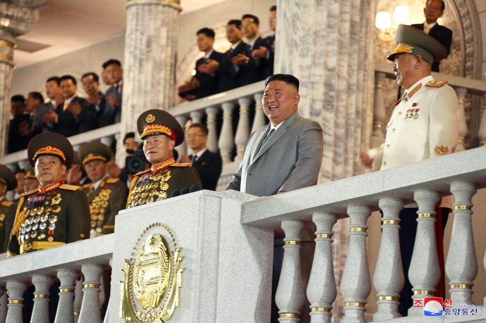 O líder norte-coreano, Kim Jong-un, sorri durante o desfile militar do 75º aniversário da fundação do Partido dos Trabalhadores norte-coreano, em 10 de outubro de 2020