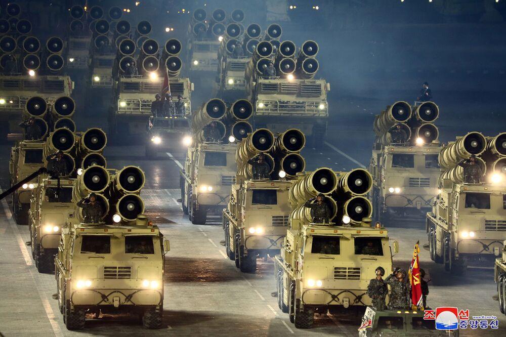 Veículos militares da Coreia do Norte participam de desfile militar no 75º aniversário da fundação do Partido dos Trabalhadores norte-coreano, em 10 de outubro de 2020