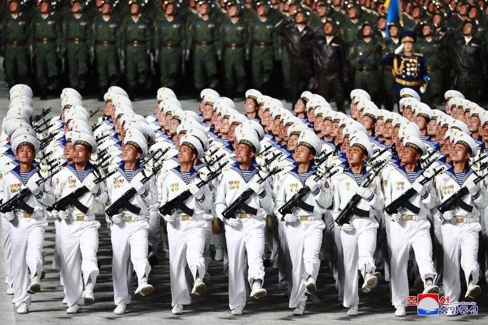 Soldados da Coreia do Norte participam de desfile militar no 75º aniversário da fundação do Partido dos Trabalhadores norte-coreano, em 10 de outubro de 2020