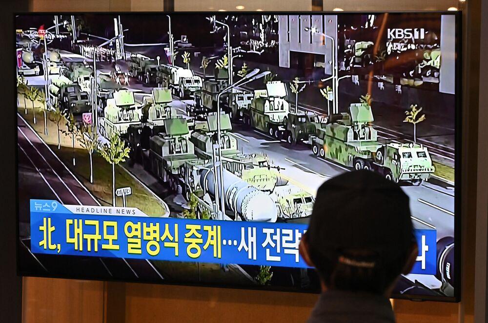 Em Seul, capital da Coreia do Sul, um homem acompanha a transmissão televisiva do desfile militar em comemoração ao 75º aniversário da fundação do Partido dos Trabalhadores norte-coreano, em 10 de outubro de 2020
