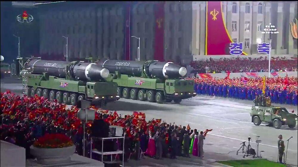 Um frame de uma transmissão da emissora KCNA, da Coreia do Norte, mostra o desfile militar em comemoração ao 75º aniversário da fundação do Partido dos Trabalhadores norte-coreano, em 10 de outubro de 2020