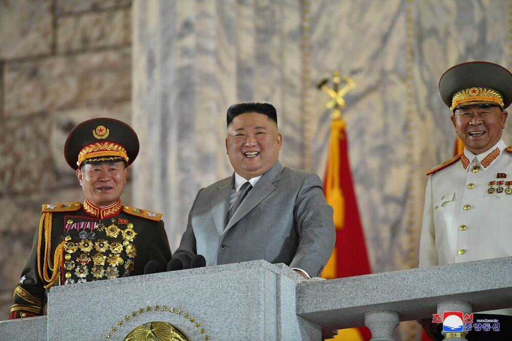 O líder da Coreia do Norte, Kim Jong-un, participa do desfile militar em comemoração ao 75º aniversário da fundação do Partido dos Trabalhadores norte-coreano, em 10 de outubro de 2020