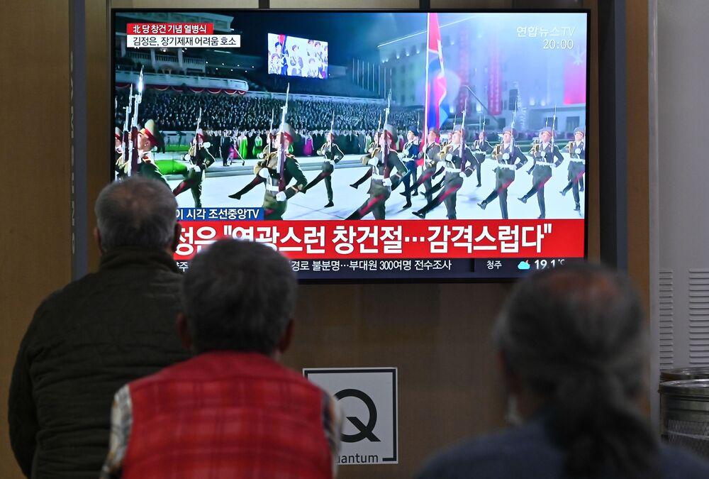 Em Seul, na Coreia do Sul, pessoas acompanham a transmissão de um desfile militar em Pyongyang, em celebração ao 75º aniversário da fundação do Partido dos Trabalhadores norte-coreano, em 10 de outubro de 2020