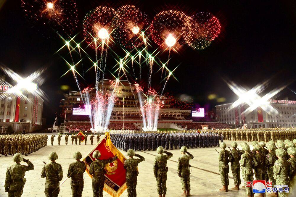 Fogos de artifício são vistos no céu de Pyongang durante o desfile de comemoração do 75º aniversário da fundação do Partido dos Trabalhadores da Coreia do Norte, em 10 de outubro de 2020