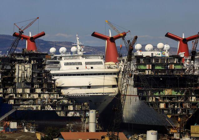 Cruzeiros passam por processo de desmantelamento no porto de Aliaga, na Turquia