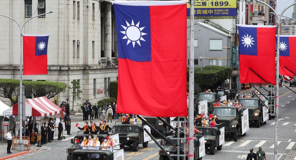 Médicos participam das celebrações do Dia Nacional em frente da sede da Presidência em Taipé, Taiwan, 10 de outubro de 2020