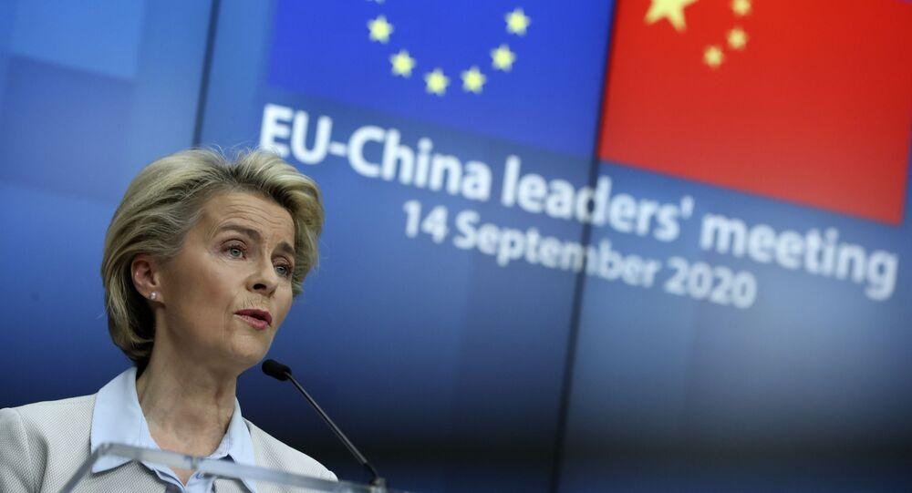 Em Bruxelas, a presidente da Comissão Europeia, Ursula von der Leyen, fala durante coletiva de imprensa virtual junto ao presidente do Conselho Europeu, Charles Michel, e à chanceler alemã, Angela Merkel, após um encontro virtual entre União Europeia e China, em 14 de setembro de 2020