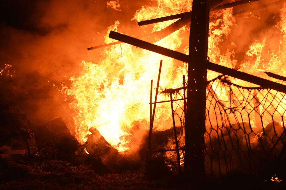 Incêndio destrói casa na capital de Nagorno-Karabakh após ataque das Forças Armadas do Azerbaijão