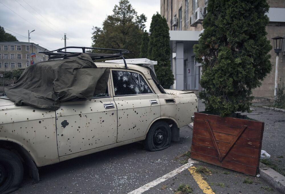 Veículo destruído por ataques a Stepanakert, capital da república não reconhecida de Nagorno-Karabakh