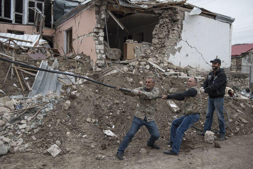 Homens participam de operação para restabelecer rede elétrica da capital de Nagorno-Karabakh