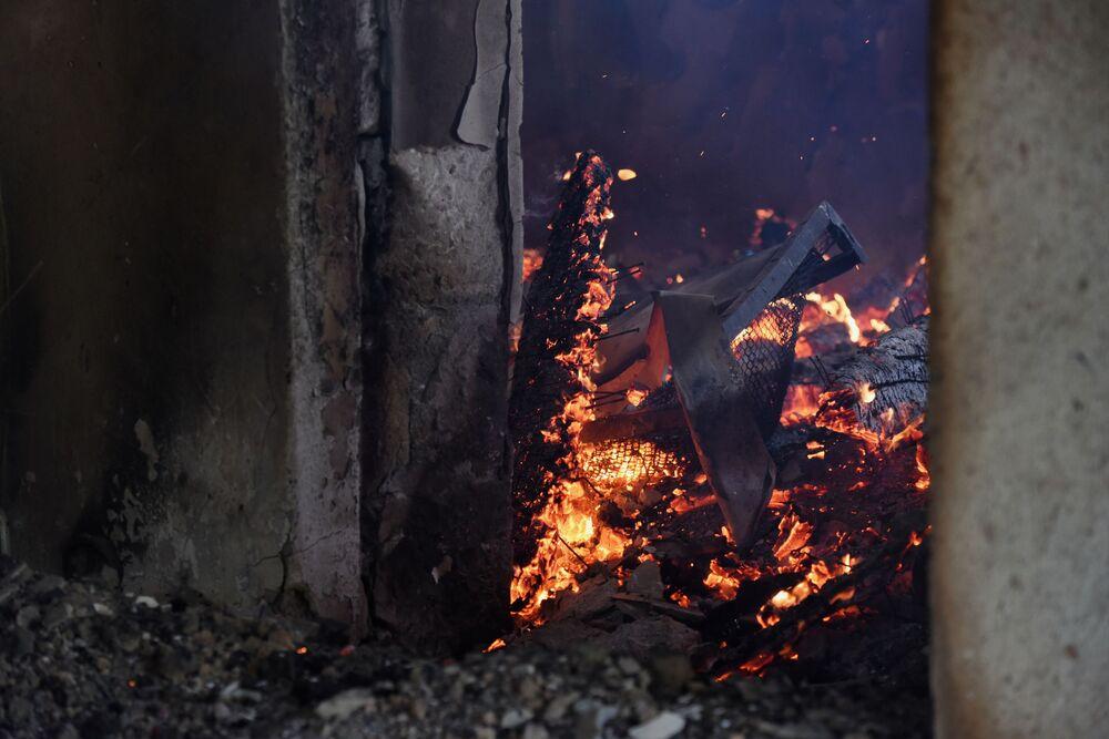 Casa em Martakert, na república não reconhecida de Nagorno-Karabakh, pega fogo após ataques das Forças Armadas do Azerbaijão