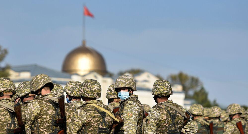 Membros das Forças Armadas do Quirguistão na praça Ala-Too, após imposição de estado de emergência na capital, Bishkek, 10 de outubro de 2020