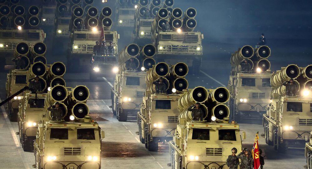 Veículos militares norte-coreanos desfilam durante o desfile militar do 75º aniversário da criação do Partido dos Trabalhadores da Coreia do Norte