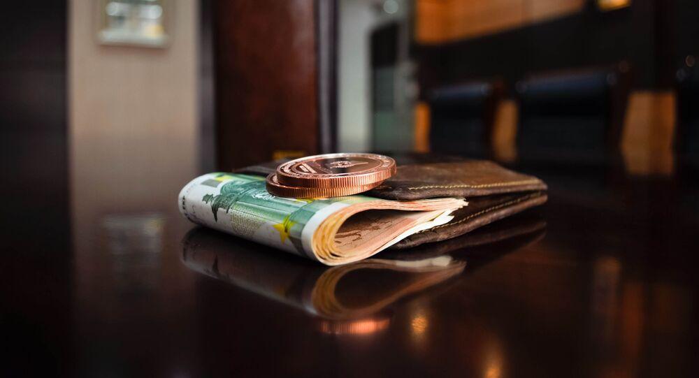 Dinheiro em carteira na mesa (imagem referencial)