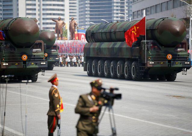 Desfile militar em Pyongyang exibindo os novos mísseis balísticos intercontinentais (ICBM)