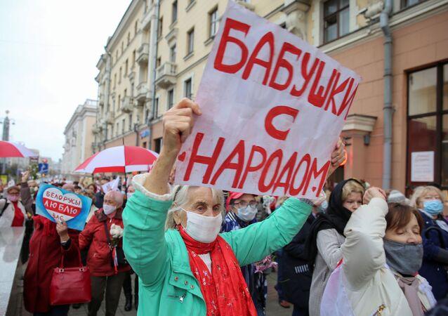 Manifestação de pensionistas em Minsk, Bielorrússia, contra o governo do presidente Aleksandr Lukashenko, em 12 de outubro de 2020