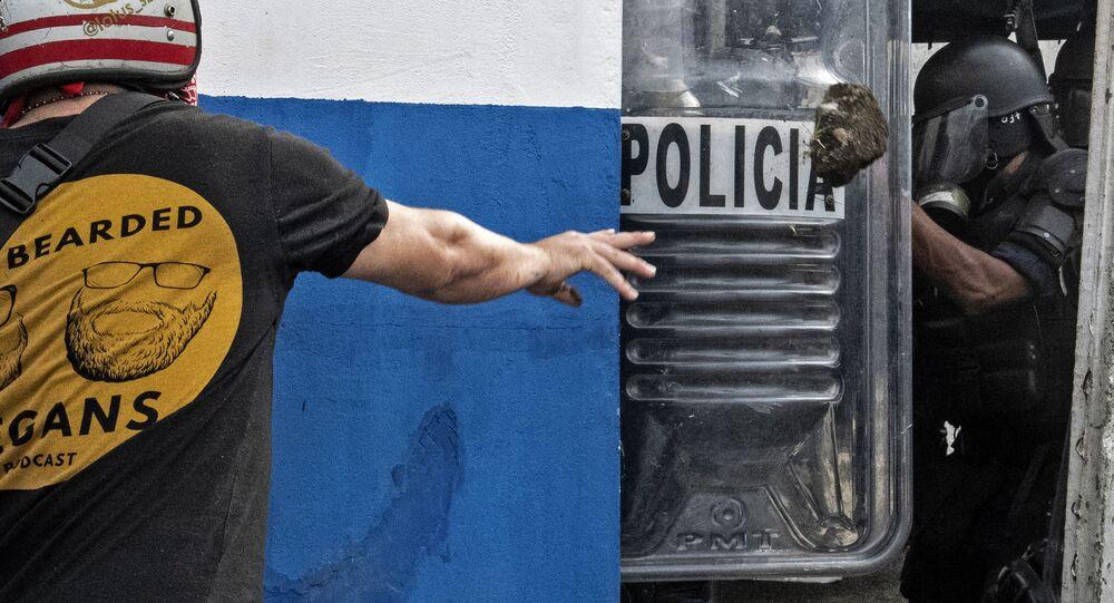 Confronto entre manifestantes e policiais em San José, Costa Rica, nesta segunda-feira, 12 de outubro de 2020