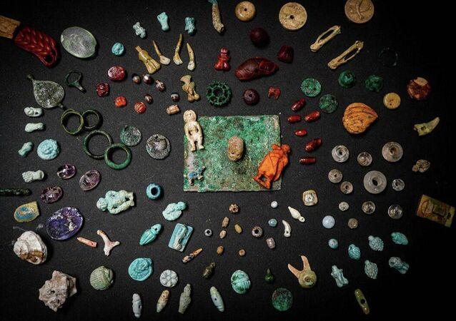 Amuletos, pedras preciosas e elementos decorativos de faiança, bronze, osso e âmbar encontrados durante escavações em Pompeiaa (imagem de referência)