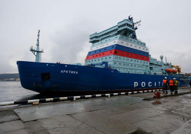 Quebra-gelo nuclear Arktika chegando a Murmansk (foto de arquivo)