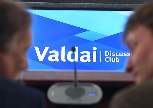 Em Moscou, participantes conversam durante conferência sobre o Oriente Médio do think tank russo Clube Valdai de Discussões Internacionais, em 17 de fevereiro de 2020