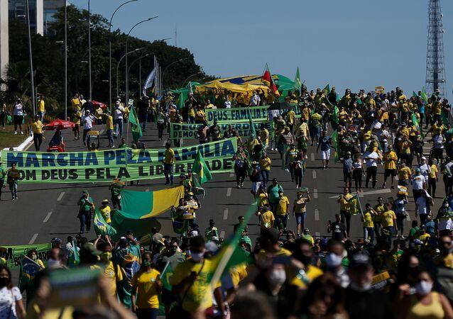 Manifestação em apoio ao governo do presidente Jair Bolsonaro na praça dos Três Poderes, em Brasília, com cartazes e faixas contra o STF e o Congresso