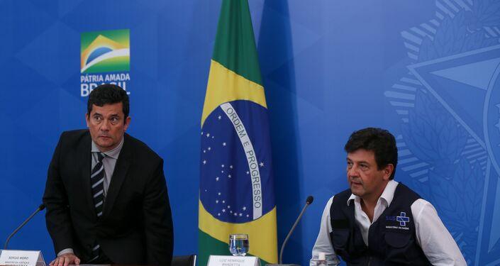 Ministros Luiz Henrique Mandetta (Saúde) Paulo Guedes (Economia) Sergio Moro (Justiça) e general Walter Braga Netto (Casa Civil), durante coletiva de imprensa sobre as novas ações do governo no combate a pandemia causada pelo novo coronavírus (Covid-19), no Palácio do Planalto, em Brasília (DF).