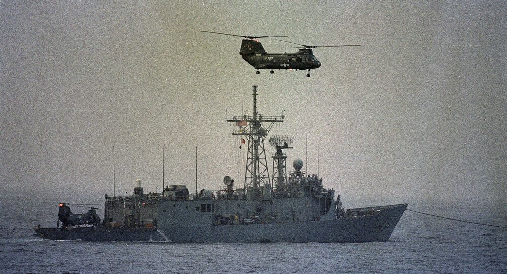 Helicóptero sobrevoa fragata Samuel B. Roberts da Marinha dos EUA